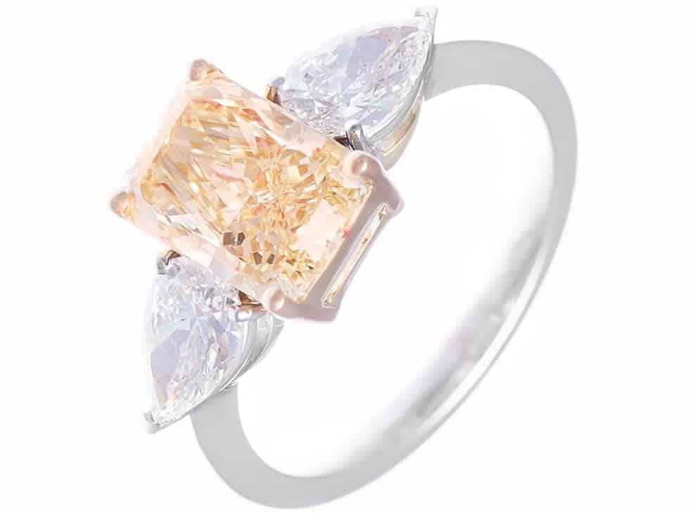 Anello solitario con diamante fancy taglio smeraldo