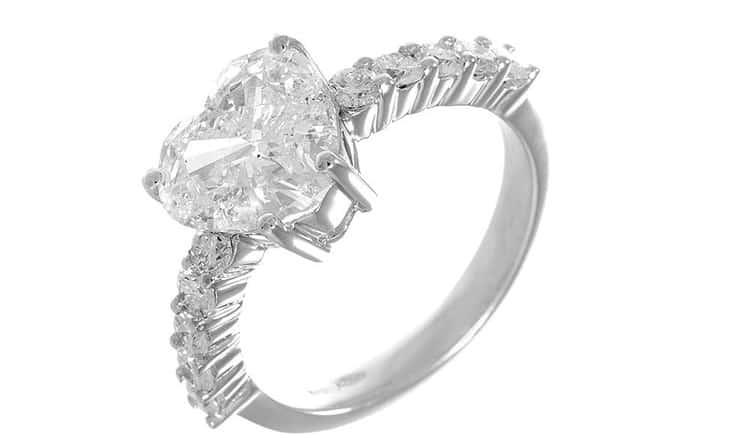rsz anello solitario taglio cuore con contorno su griffe
